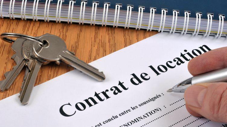 Un contrat de location et les clefs du logement. (RICHARD VILLALON / MAXPPP)