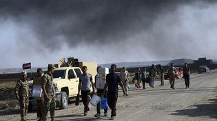 Des Irakiens fuient la région de Mossoul, pendant l'opération militaire destinée à reprendre la ville à l'Etat islamique, le 25 octobre 2016. (EMRAH YORULMAZ / ANADOLU AGENCY / AFP)