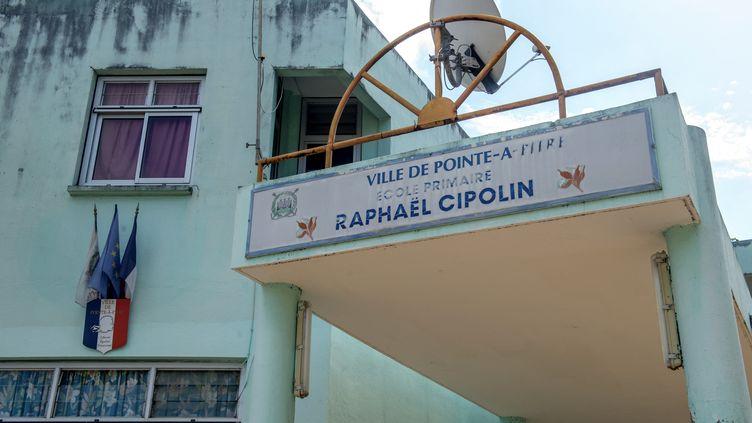 La façade de l'école primaire Raphaël Cipolin, à Pointe-à-Pitre (Guadeloupe), le 6 mai 2017. (HELENE VALENZUELA / AFP)