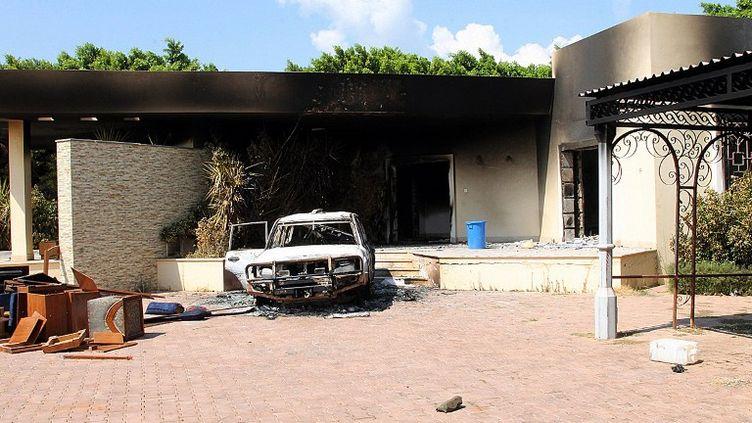 Une voiture et une maison carbonisées dans l'enceinte du consulat américain à Benghazi, en Libye, le 12 septembre 2012. ( BORIS HORVAT / AFP)