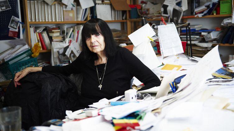 L'autrice autrichienne Friederike Mayröcker assise à son bureau, lors d'un shooting organisé dans sa maison de Vienne en 2009.  (ALEKSANDRA PAWLOFF / APA-PICTUREDESK / AFP)