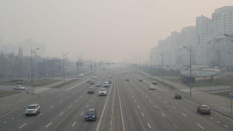 La capitale ukrainienne, Kiev, plongée dans une épaisse fumée liée notamment aux incendies de forêt dans la région de Tchernobyl, le 17 avril 2020. (MAXPPP)