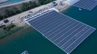 La première centrale flottante de France a été inaugurée à Piolenc, dans le Vaucluse, vendredi 18 octobre. Quelque 47 000 panneaux solaires posés sur l'eau alimentent près de 10 000 personnes en électricité. (CAPTURE D'ÉCRAN FRANCE 3)