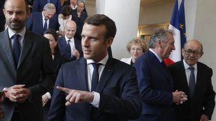 """Edouard Philippe et Emmanuel Macron, après la """"photo de famille"""" du gouvernementà l'Elysée, à Paris, le 18 mai 2017. (PHILIPPE WOJAZER / AFP)"""