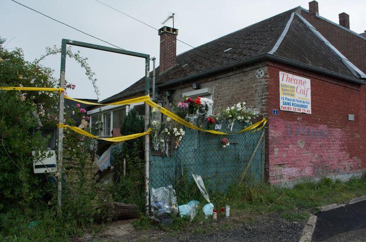 Des fleurs, des bougies et des dessins ont été déposés devant la maison abandonnée où Tom, 9 ans, a été retrouvé lundi 28 mai, auHérie-la-Viéville (Aisne). (MATHILDE GOUPIL / FRANCEINFO)