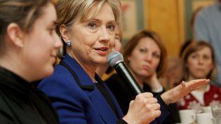 Hillary Clinton, rencontrant des électeurs indécis dans un restaurant de Portsmouth, le 7 janvier 2008. (JUSTIN LANE / EPA)