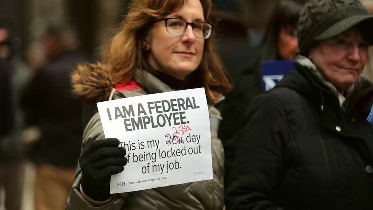 """Une employée fédérale compte les jours de """"shutdown"""" sans salaire à Chicago, le 19 janvier 2019. (WANG PING / XINHUA)"""