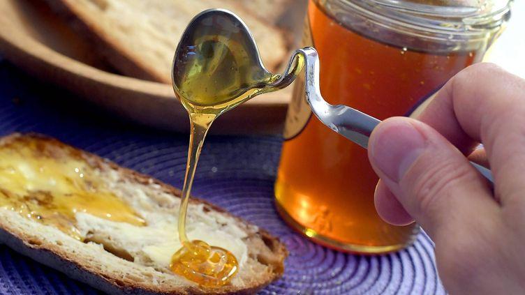 Les étiquettes des pots de miel devront désormais préciser les origines de tous les miels en cas de mélange. (MARC OLLIVIER / MAXPPP)