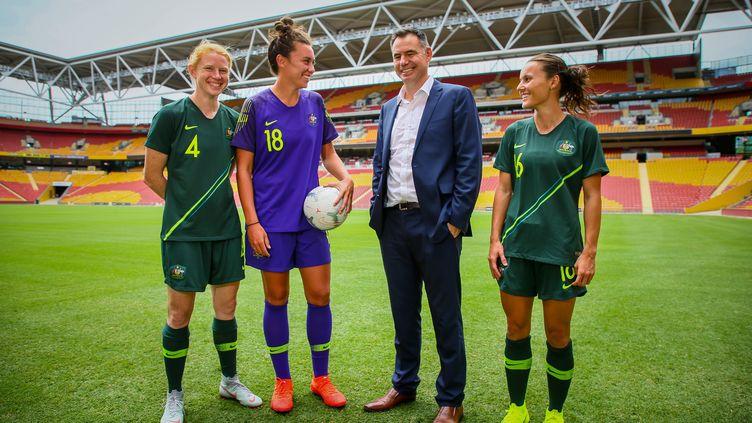 Clare Polkinghorne, Mackenzie Arnold and Hayley Raso posent avec leur coach Ante Milicic, dans le stade de Brisbane (Australie), le 21 février 2019. (PATRICK HAMILTON / AFP )