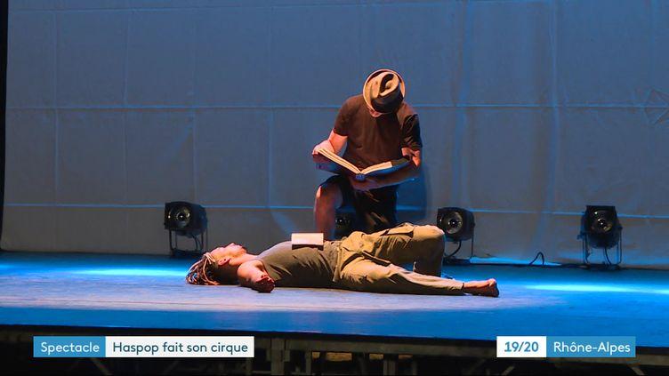 """Extrait du spectacle """"BiblioTEK"""" du Cirque du Grand Lyon à Vaulx-en-Velin. (France 3 Rhône-Alpes)"""