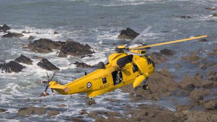Hélicoptère de secours en mer britannique évoluant au-dessus de Widemouth Bay en Cornouaille (ouest de la Grande-Bretagne) le 20-9-2008 (AFP - Biosphoto - Mark Boulton)