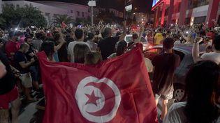 Manifestation à Tunis pour célébrer la décisiondu président tunisien Kaïs Saïed qui décide la suspension du Parlement et la déstitution du Premier ministre, le 25 juillet 2021. (FETHI BELAID / AFP)
