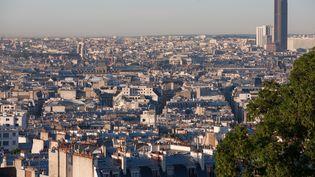 Vue de Montmartre sur les toits de Paris et la tour Montparnasse, le 24 mars 2017. (PHOTO12 / GILLES TARGAT / AFP)