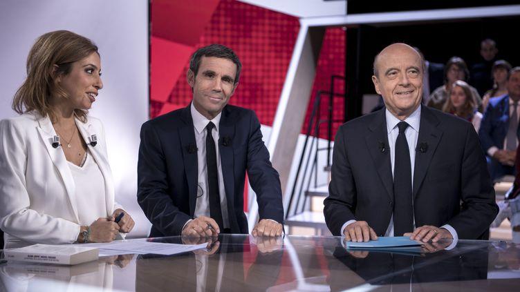 """Léa Salamé, David Pujadas et Alain Juppé sur le plateau de """"L'Emission politique"""", le 6 octobre 2016. (PHILIPPE LOPEZ / AFP)"""