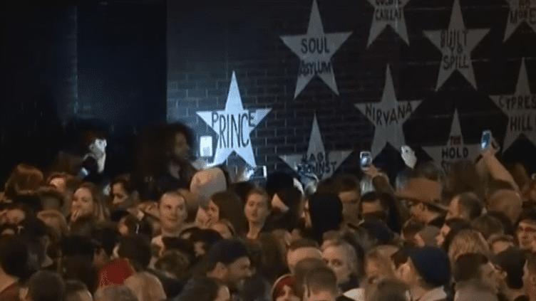 Des fans de Prince réunis à Minneapolispour rendre hommage à leur idole, dans la nuit du 21 au 22 avril 2016. (REUTERS)
