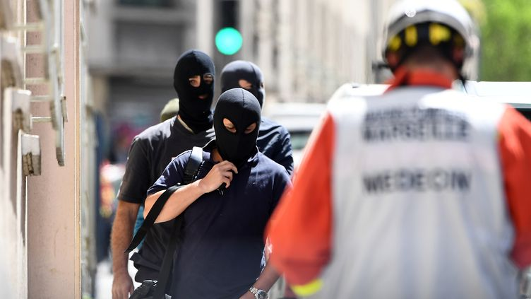 Des membres de la police judiciaire à Marseille, après l'interpellation de deux hommes suspectés de préparer un attentat pendant la présidentielle, le 18 avril 2017. (BORIS HORVAT / AFP)