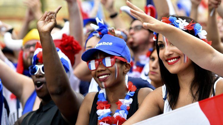 """Des supportrices de l'équipe de France de football dans la """"fan zone"""" de Toulouse, le 7 juillet 2016. (REMY GABALDA / AFP)"""