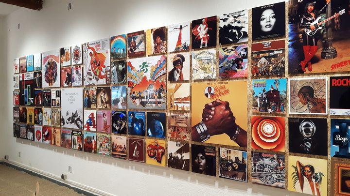 Un mur de 100 pochettes d'albums accueille le visiteur. (ANNE CHEPEAU / RADIO FRANCE)