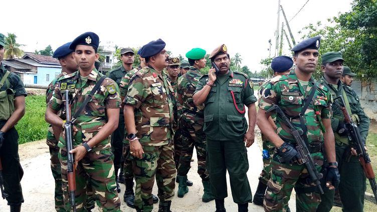 Des soldats prennent la garde près du lieu de l'assaut mené contreune cache supposée de membres du groupe Etat islamique, samedi 27 avril à Kalmunai (Sri Lanka). (STRINGER / AFP)