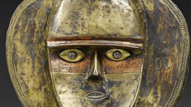 Statuette de gardien de reliquaire présentée dans l'exposition «Les forêts natales, arts d'Afrique équatoriale». Pièce en bois (recouvert de cuivre et de laiton), fabriquée au sein de la population Kota au XIXe siècle. (Musée du quai Branly - Jacques Chirac, photo Claude Germain)