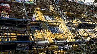 Un immeuble parisien reçoit une isolation thermique sur sa façade. (MAXPPP)