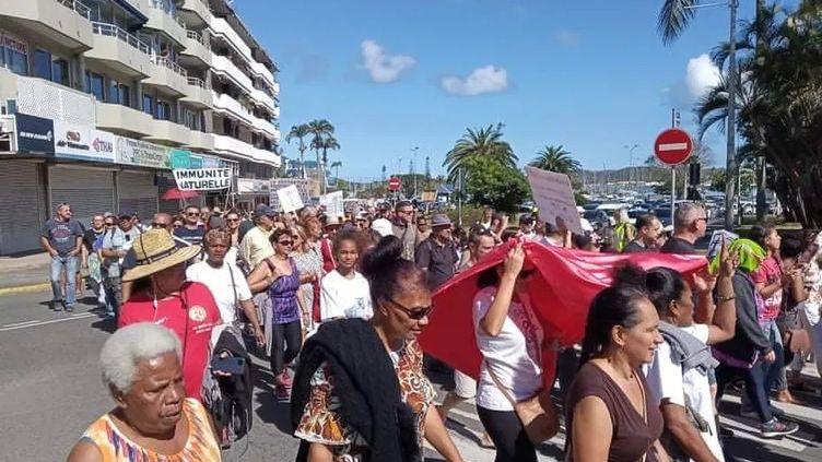 Les anti-vaccins ont manifesté contre l'obligation vaccinale à Nouéma ce samedi 4 septembre. 1000 personnes selon la police, 3000 selon les organisateurs. (Illustration) (CHARLOTTE MANNEVY / NOUVELLE CALEDONIE LA 1ERE)