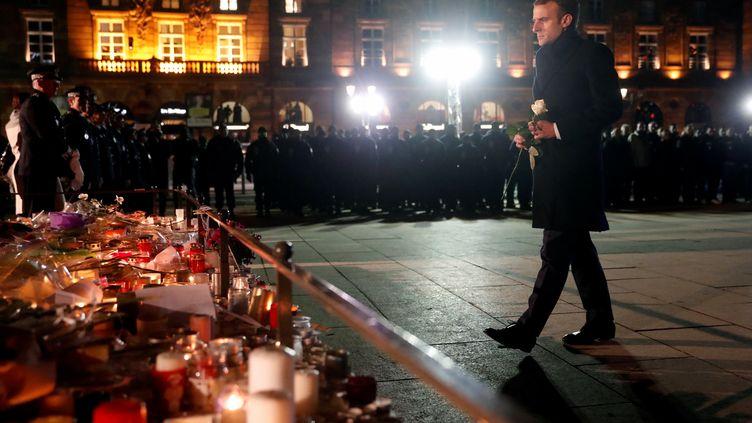 Emmanuel Macron dépose une rose en hommage aux victimes de l'attentat de Strasbourg, place Kléber, le 14 décembre 2018. (REUTERS)