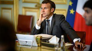 Emmanuel Macron lors d'un Conseil européen en vidéoconférence depuis l'Elysée, à Paris, le 19 juin 2020. (ELIOT BLONDET / AFP)
