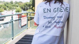 Une soignante en grève à l'hôpital Clavary de Grasse (Alpes-Maritimes), le 18 juin 2019. (FREDERIC DIDES/SIPA)