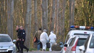 La police enquête sur le lieu de la découverte du corps d'une fillette, dans un bois de Calais (Pas-de-Calais), le 15 avril 2015. (PHILIPPE HUGUEN / AFP)