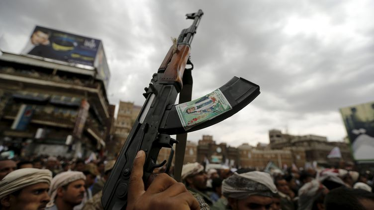 Une manifestation de la minorité rebelle chiite dans la ville de Sanaa (Yémen), le 26 mars 2015. (KHALED ABDULLAH ALI AL MAHDI / REUTERS)