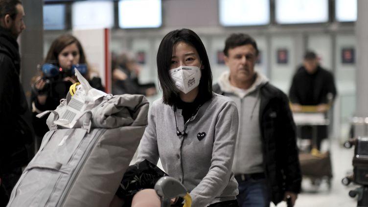 Les passagers du dernier vol en provenance de Wuhan (Chine) sont arrivés jeudi 23 janvier 2020 à l'aéroport de Roissy Charles-de-Gaulle. (ARNAUD DUMONTIER / MAXPPP)