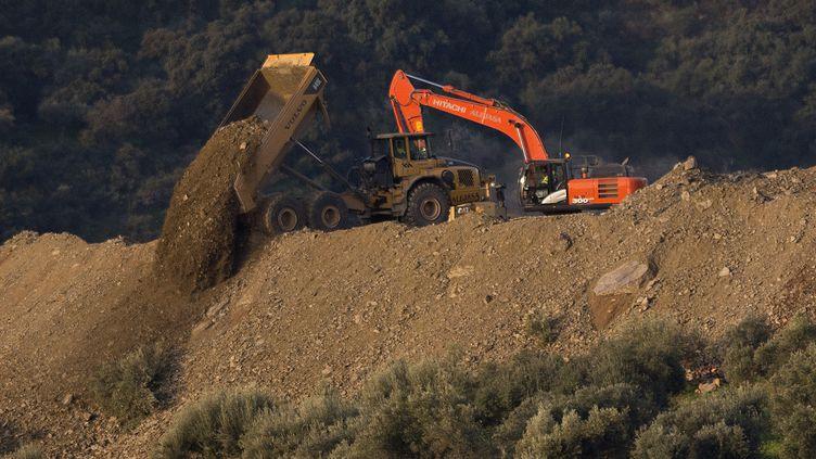 Les autorités ont entamé le forage d'un tunnel vertical, parallèle au puits de 25 centimètres de diamètre et d'environ 100 mètres de profondeur où est tombé le garçon, à Totalan (Andalousie, Espagne). (JORGE GUERRERO / AFP)