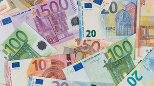 Des billets de banque en euros, photographiés le 29 décembre 2015 à Hambourg, en Allemagne. (DANIEL REINHARDT / DPA / AFP)