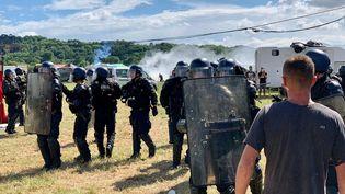Evacuation du site de la rave party à Redon le 19 juin 2021 par les gendarmes. (TIMOUR OZTURK / FRANCE-BLEU ARMORIQUE)