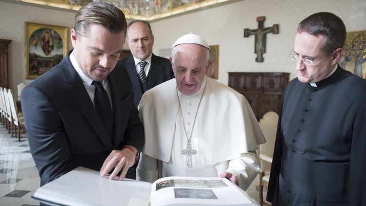 Le28 janvier 2016, le pape François échange des cadeaux avec l'acteur américain Leonardo DiCaprio au Vatican (OSSERVATORE ROMANO / AFP)