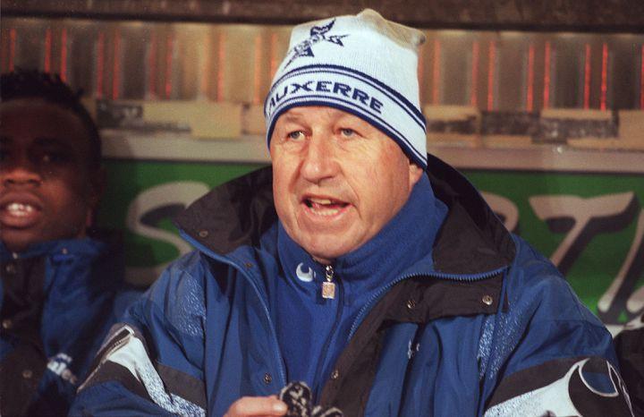 Guy Roux, alors entraîneur de l'équipe de l'AJ Auxerre, lors d'un match à Lille, le 30 mars 1996. (AFP)