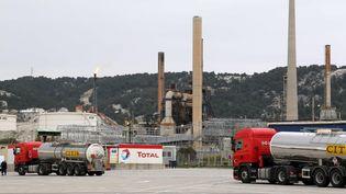 LaFNSEAet les Jeunes agriculteurs appellent au blocage des raffineries dans toutelaFrance à partir de dimanche pour protester notamment contrelahausse attendue des importations d'huile de palme utilisées danslaraffinerie Total deLa Mède, dans les Bouches-du-Rhône(ci-contre). (SERGE GUEROULT / MAXPPP)