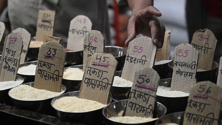 Différentes sortes de riz vendues sur le marché de Bombay, en novembre 2020. (INDRANIL MUKHERJEE / AFP)