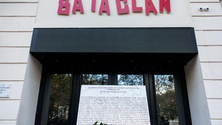 Une plaque commémorative devant le Bataclan en hommage aux victimes des attaques du 13 novembre 2015. (AURELIEN MORISSARD / MAXPPP)