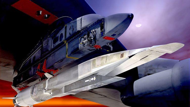 Cette illustration de l'armée américaine montre le X-51A WaveRider, accroché à l'aile du B-52 qui doit l'emmener à 15 kilomètres d'altitude. (US AIRFORCE / AFP)