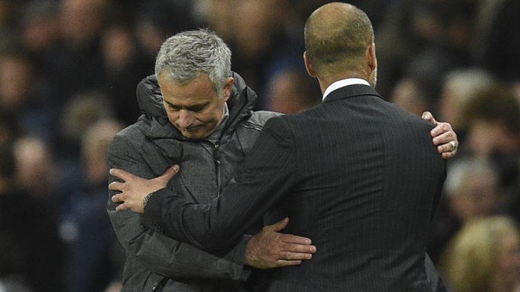 José Mourinho en pleine accolade avec Pep Guardiola. (OLI SCARFF / AFP)