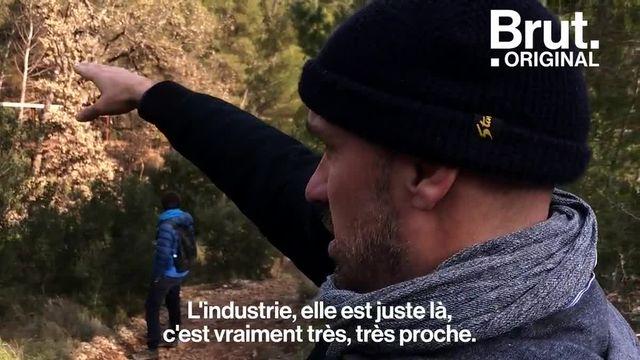 Ce mardi 12 février, des militants de l'association ZEA ont déposé plusieurs tonnes de déchets toxiques dans les rues de Paris. Ils dénoncent le mauvais traitement des rejets d'usine.