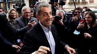 """L'ancien président Nicolas Sarkozy arrive dans une librairie du 16e arrondissement à Paris, le 2 octobre 2021, pour dédicacer son livre """"Promenades"""". (THOMAS COEX / AFP)"""