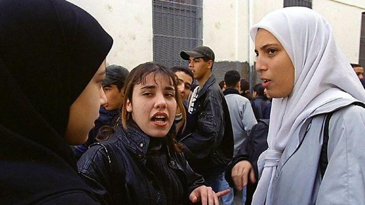 Des élèves devant leur lycée à Bab El Oued, en Algérie. (AFP)