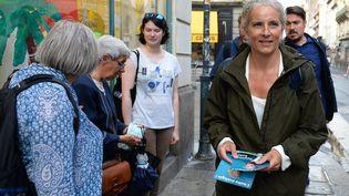 La députée EELV Delphine Batho distribue des tracts, à Rennes (Ille-et-Vilaine), le 9 septembre 2021. (JEAN-FRANCOIS MONIER / AFP)