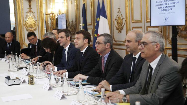 Le ministre de la Santé Olivier Veran, le président Emmanuel Macron et le secrétaire général de l'Elysée Alexis Kohler lors d'une réunion avec des chercheurs et des scientifiques sur l'épidémie decoronavirus le 5 mars 2020, à l'Elysée, à Paris. (YOAN VALAT / AFP)