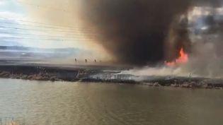 Les pompiers de Saint-Albert, au Canada, ont publié le 17 avril 2016 sur les réseaux sociaux la vidéo d'une intervention pendant laquelle certains d'entre eux ont été surpris par une tornade. (ST ALBERT FIREFIGHTERS / TWITTER)