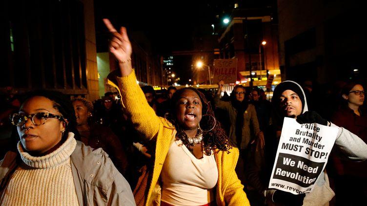 Des manifestants protestent après l'annulation d'un policier pour la mort de Freddie Gray, à Baltimore (Etats-Unis), le 16 décembre 2015. (ROB CARR / AFP)