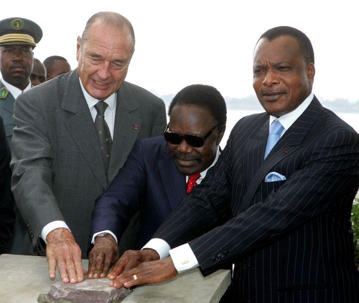 Les présidents Jacques Chirac, Denis Sassou Nguesso et Omar Bongo scellent la première pierre du mémorial en l'honneur de Pierre Savorgana de Brazza. (Reuters/ Philippe Woyazer)
